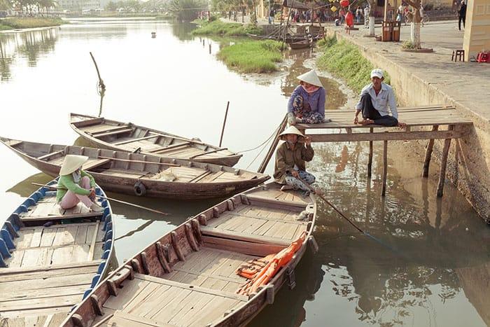 bigstock-Boatmen-are-waiting-for-touris-97706477_web