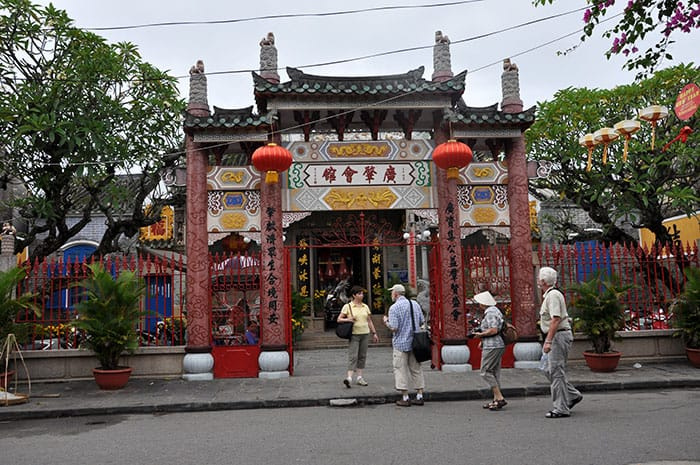 bigstock-Tourists-Visiting-Hoi-An-City--106280162_web